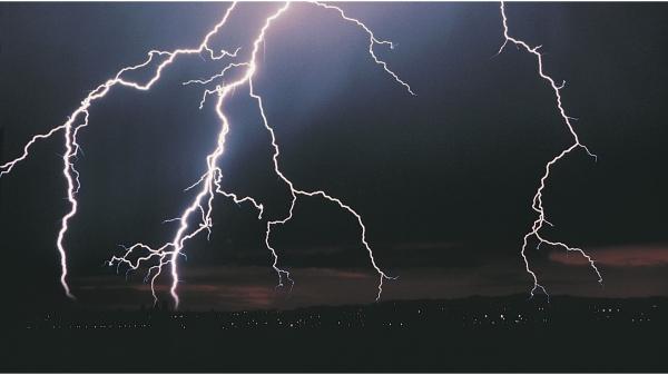 สายไฟเบอร์ออฟติก (fiber optic cable) มีวิธีการป้องกันจากการโดนฟ้าผ่าอย่างไร